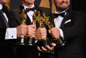 Ganadores de los Óscar muestran sus estatuillas.