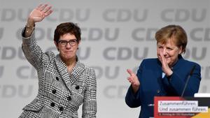 Annegret Kramp-Karrembauer y Angela Merkel, durante el congreso de CDU en Hamburgo