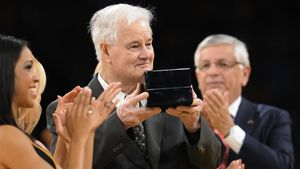 Tex Winter, recogiendo un premio.