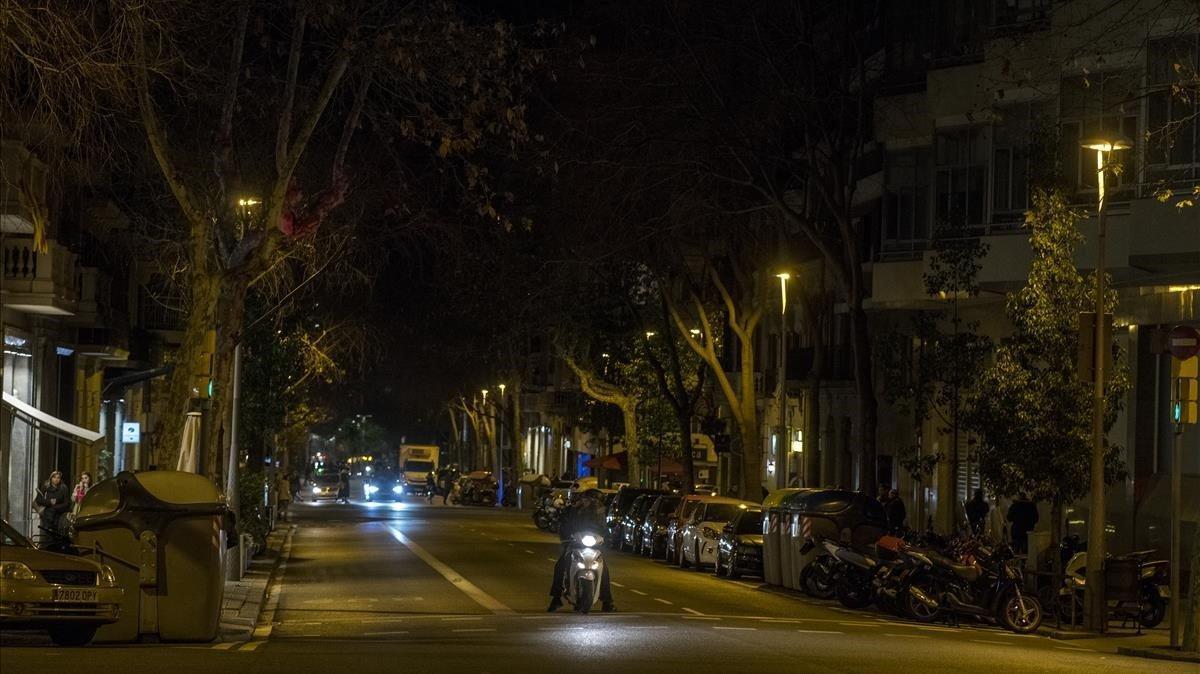 La calle de Casanovas, escasamente iluminada.
