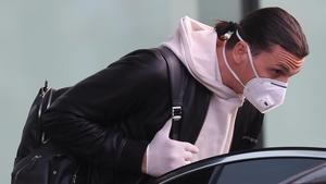 Ibrahimovic, el delantero del Milan, a su llegada al aeropuerto de Malpensa.