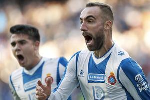 Darder, perseguido por Víctor Gómez, celebra su gol al Betis.