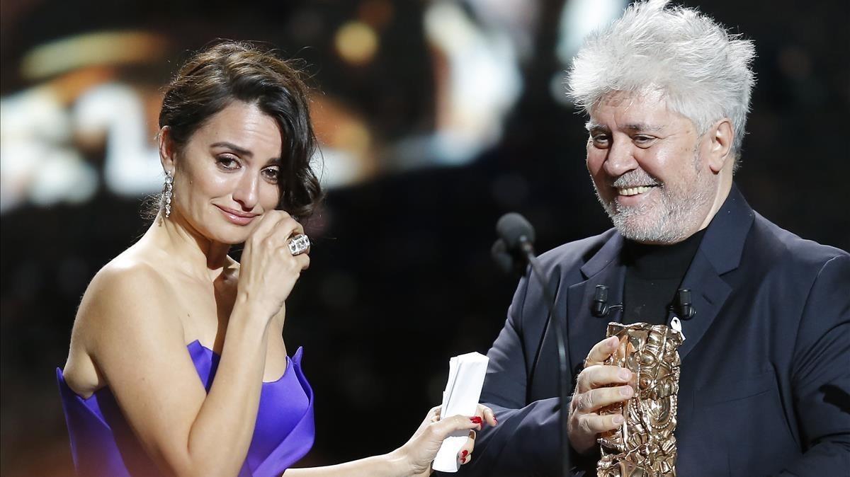 Penélope Cruz llora al recibir el César de Honor del cine francés de manos de Almodóvar, este viernes.
