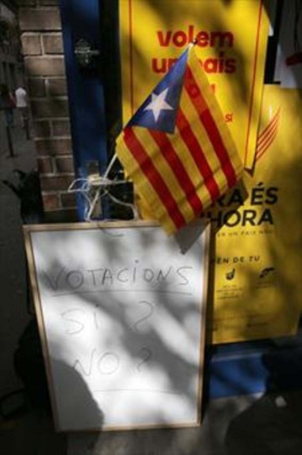 Entrada del puntode votación de la ANC en el barrio de Gràcia de Barcelona.