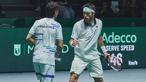 Los doblistas argentinosMaximo Gonzalez and Leonardo Mayer celebran un punto.