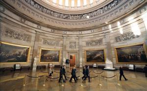 Los fiscales demócratas escenifican el inicio del 'impeachment' en el Capitolio.