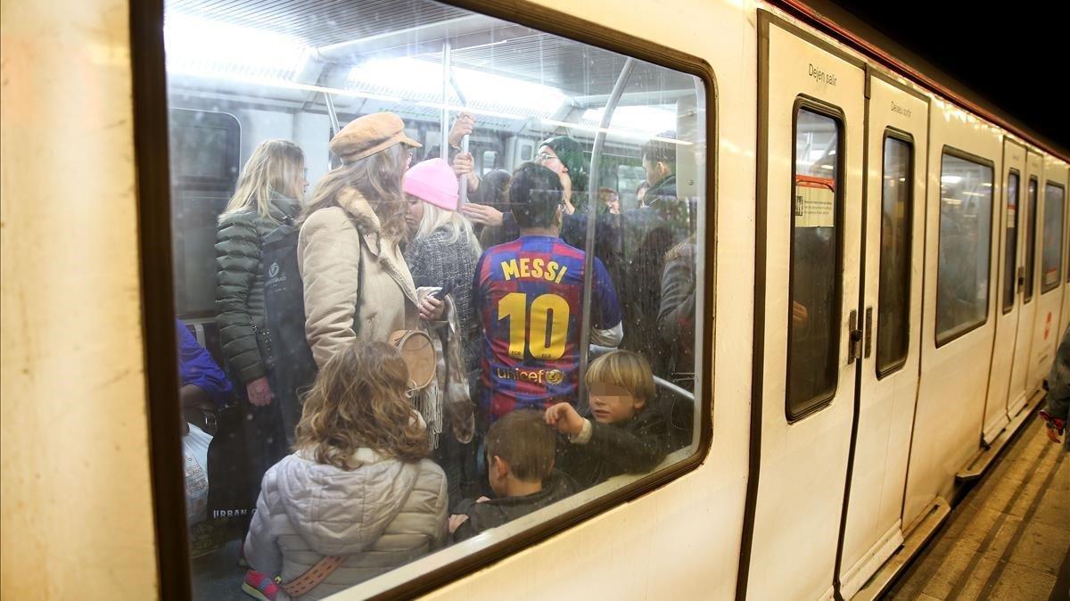 El metro de Barcelona tanca cinc estacions de l'L-1 durant 50 minuts per un atropellament