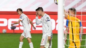 Los jugadores de la selección se lamentan tras una ocasión fallada ante Grecia.