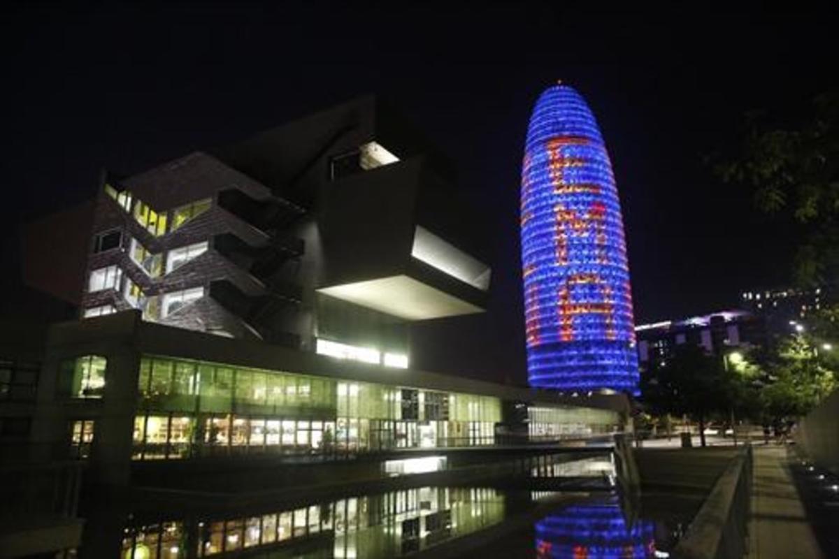La Torre Glòries iluminada.