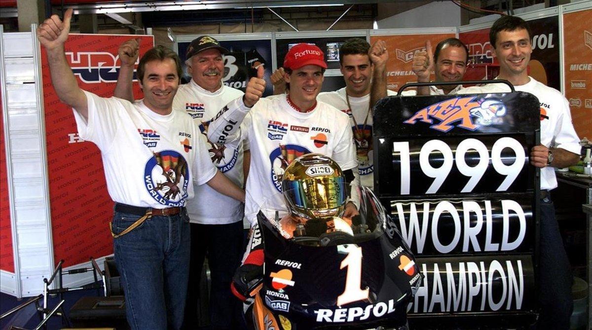Xavier Ullate, primero por la derecha, en la celebración del título de 500cc de Àlex Crivillé, en 1999, en Río. Detrás, Santi Hernández, actual ingeniero de pista de Marc Márquez.