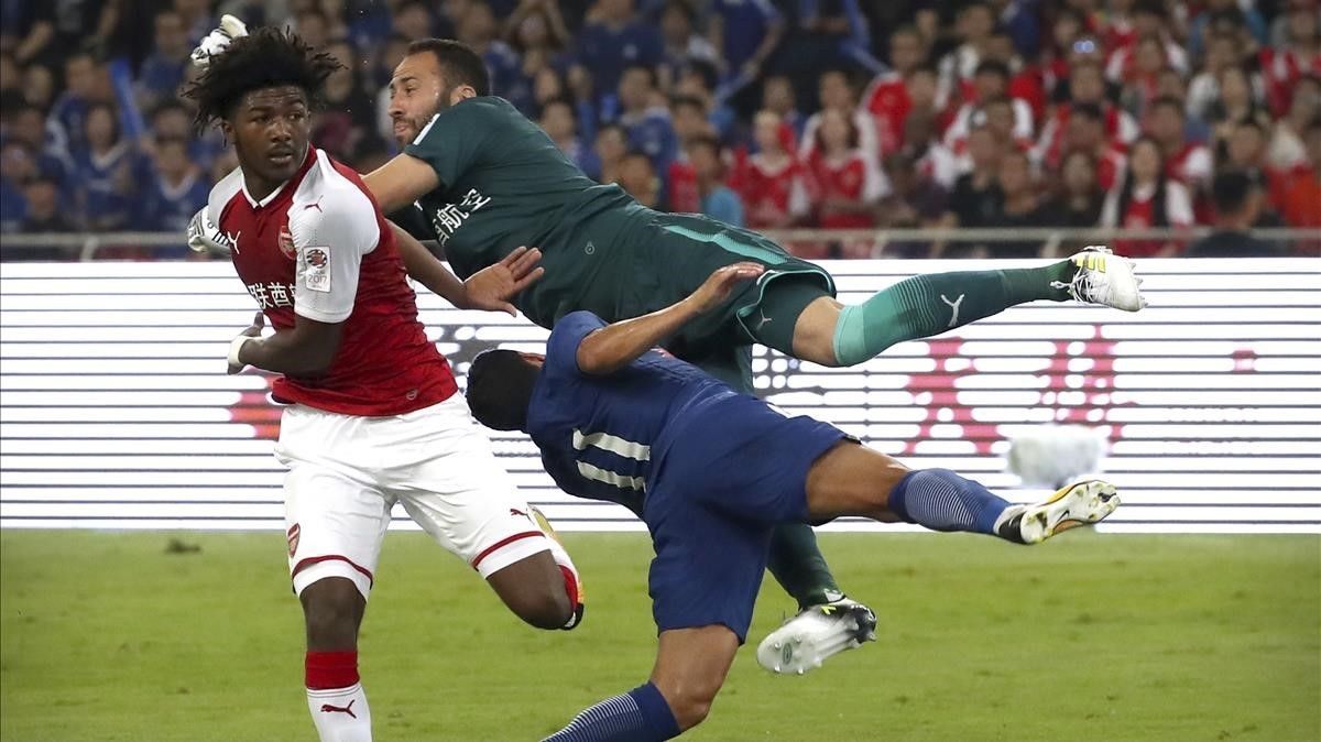 David Ospina, el portero del Arsenal, arrolla a Pedro, del Chelsea.