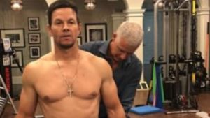 Mark Wahlberg, ejercitando sus músculos.