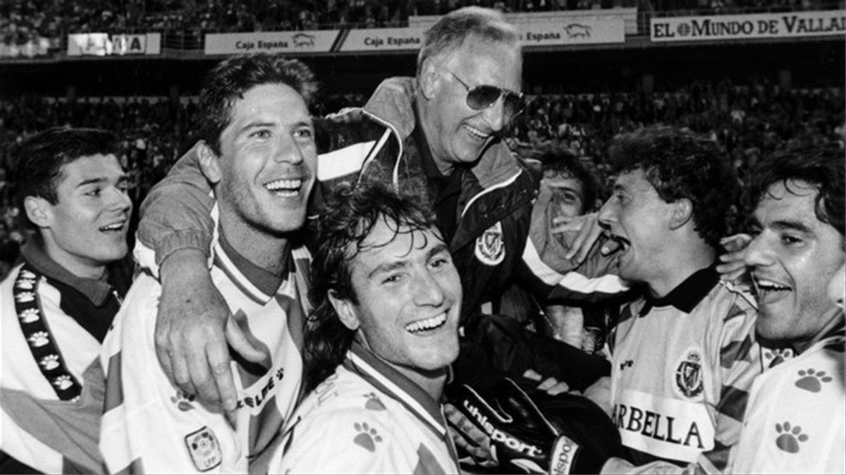 Juan Carlos, César Sánchez y otros jugadores del Valladolid sacan a hombros a Cantatore en Zorilla.