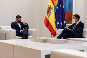 El presidente del Gobierno, Pedro Sánchez, recibe en la Moncloa al portavoz de ERC en el Congreso, Gabriel Rufián, este 3 de septiembre.