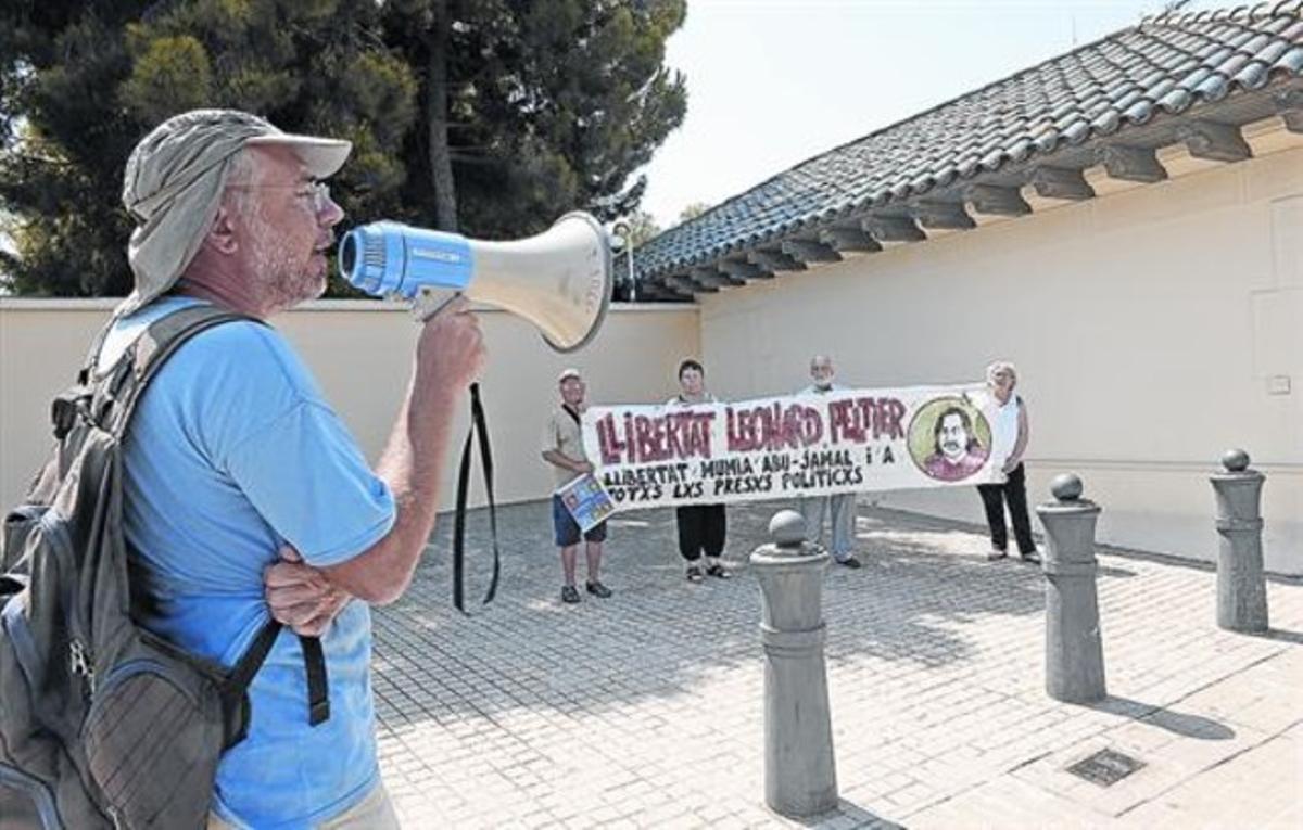 Andrea de Lotto, en primer plano, y los cuatro asistentes a la concentración del pasado agosto ante la sede del consulado de EEUU.