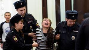 Shokhista Karimova, acusada de estar involucrada en el atentado del metro de San Petersburgo, reacciona al escuchar la sentencia condenatoria del tribunal.