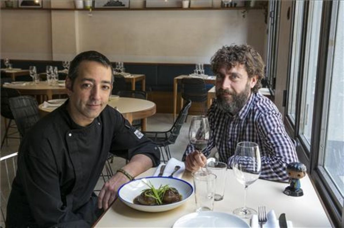 El cocinero Daniel Viejo y Óscar Gómez, en una de las mesas de Lando. Foto: Joan Puig