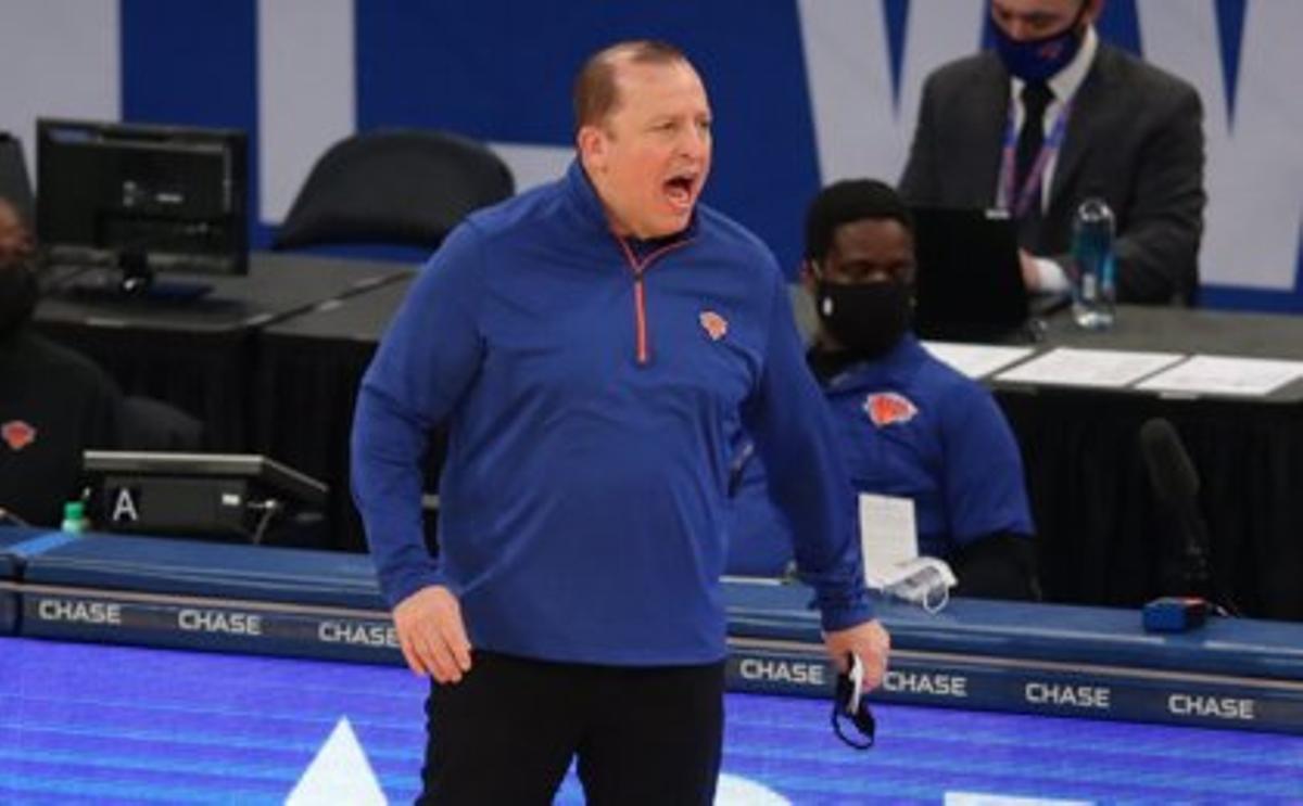 El entrenador de los Knicks, Tom Thibodeau, en un lance de partido.