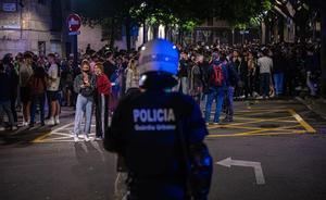 Un agente de la Guàrdia Urbana junto a la multitud congregada en las calles cercanas al Born.