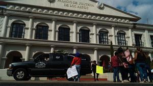 Mujeres protestan contra un hombre que presuntamente asesinó a golpes a un bebé de dos años este jueves.
