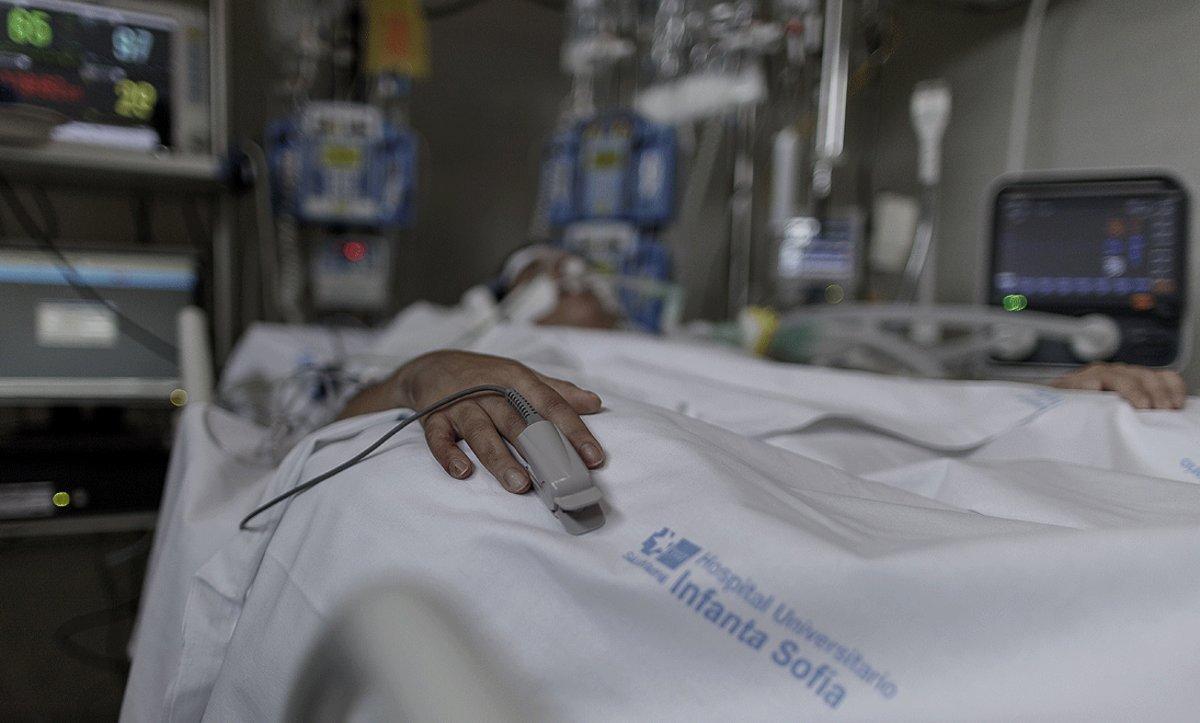 Un paciente con coronavirus, ingresado en la uci del Hospital Infanta Sofía en San Sebastián de los Reyes (Madrid), el pasado 29 de abril.