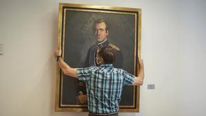Un operario retira el retrato del rey emérito, Juan Carlos I, del Parlamento de Navarra, el 15 de junio.