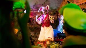 El conejo blanco, durante unafiesta del Gin & Tea del sombrerero loco.