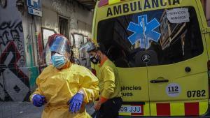 Técnicos de emergencias sanitarias de Transports Sanitaris de Catalunya a la puerta del Centro de Atención Primacia del Raval, en Barcelona. En su ambulancia, un cartel de Servicios Mínimos. El sector está en huelga desde el pasado 9 de octubre.
