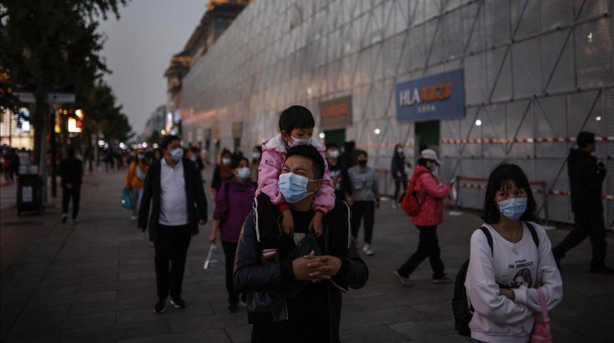 Ciudadanos en Beijing, China, tras las vacaciones.