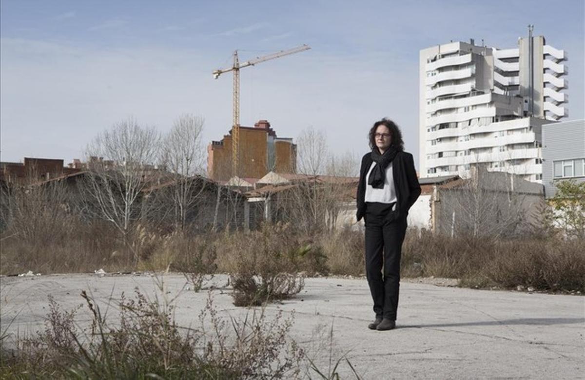 La escritora barcelonesa, en un descampado del Hospitalet, en los escenarios 'gris asfalto' donde se situa su novela, 'La última llamada'.
