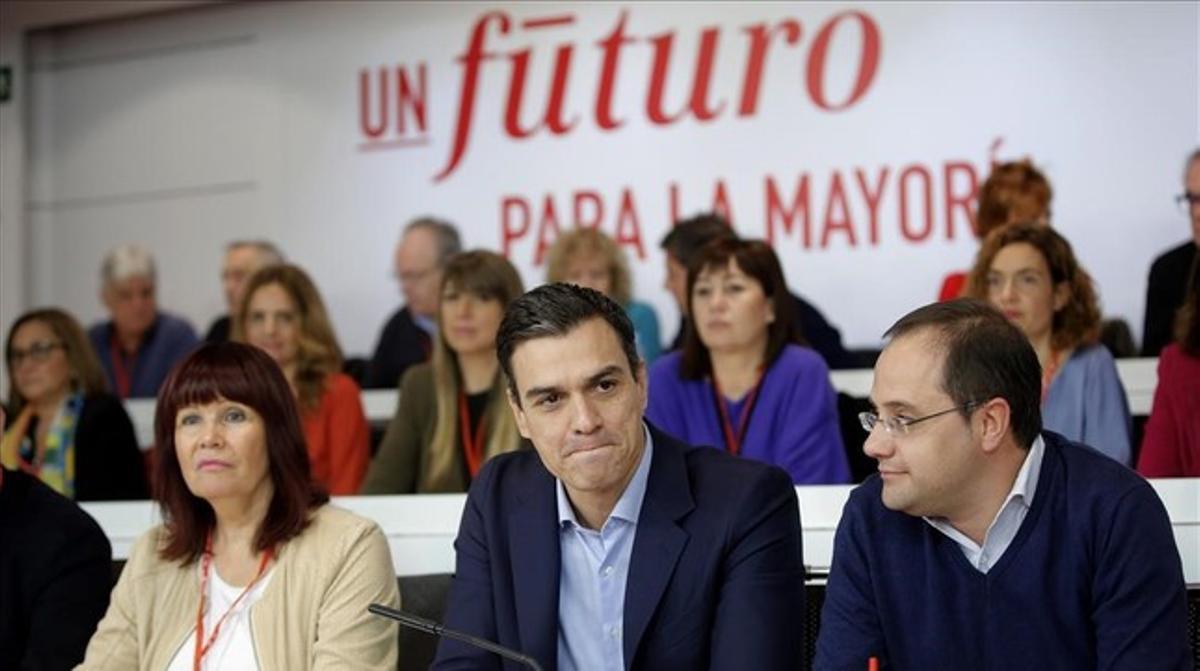 Pedro Sánchez, en el centro, al inicio del comité federal del PSOE.