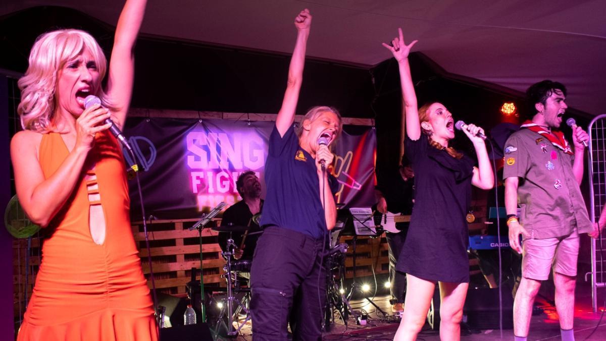 Cuatro de los cantantes en plena fiesta en el Poble Espanyol.