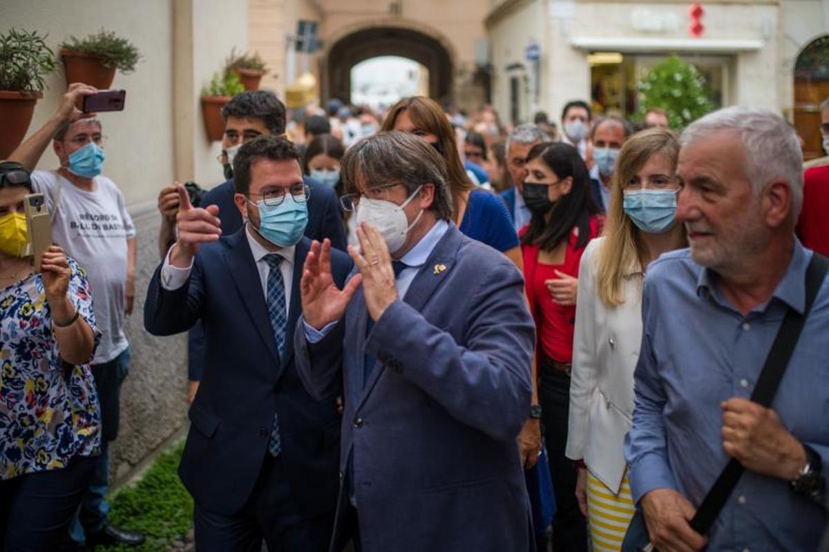 El 'expresident' Carles Puigdemont y el 'president' de la Generalitat, Pere Aragonès, este 25 de septiembre de 2021 durante su paseo por L'Alguer, en Cerdeña.