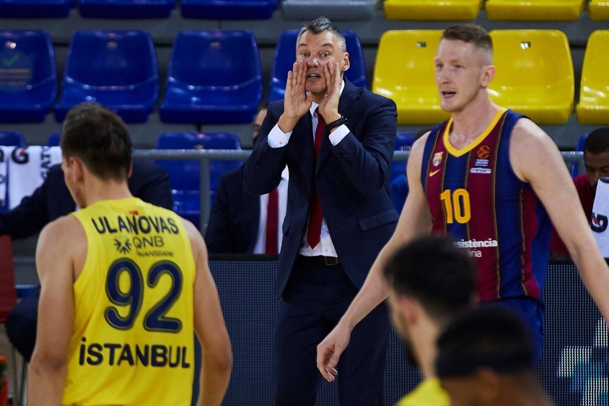 Jasikevicius (c) da instrucciones durante el Barça-Fenerbahce.