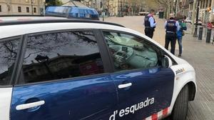 Una patrulla de los Mossos identifica a personas que incumplían el confinamiento.