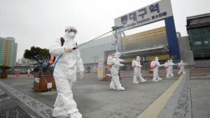 Personal médico desinfecta calles en la ciudad deDaegu contra el coronavirus.