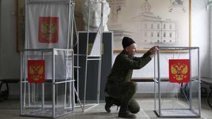 Preparación de las urnas para las elecciones presidenciales rusas en la ciudad de Stavropol.
