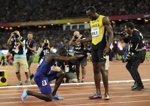 Justin Gatlin rinde honores a Usain Bolt tras derrotarlo en la final del Mundial de Londres.