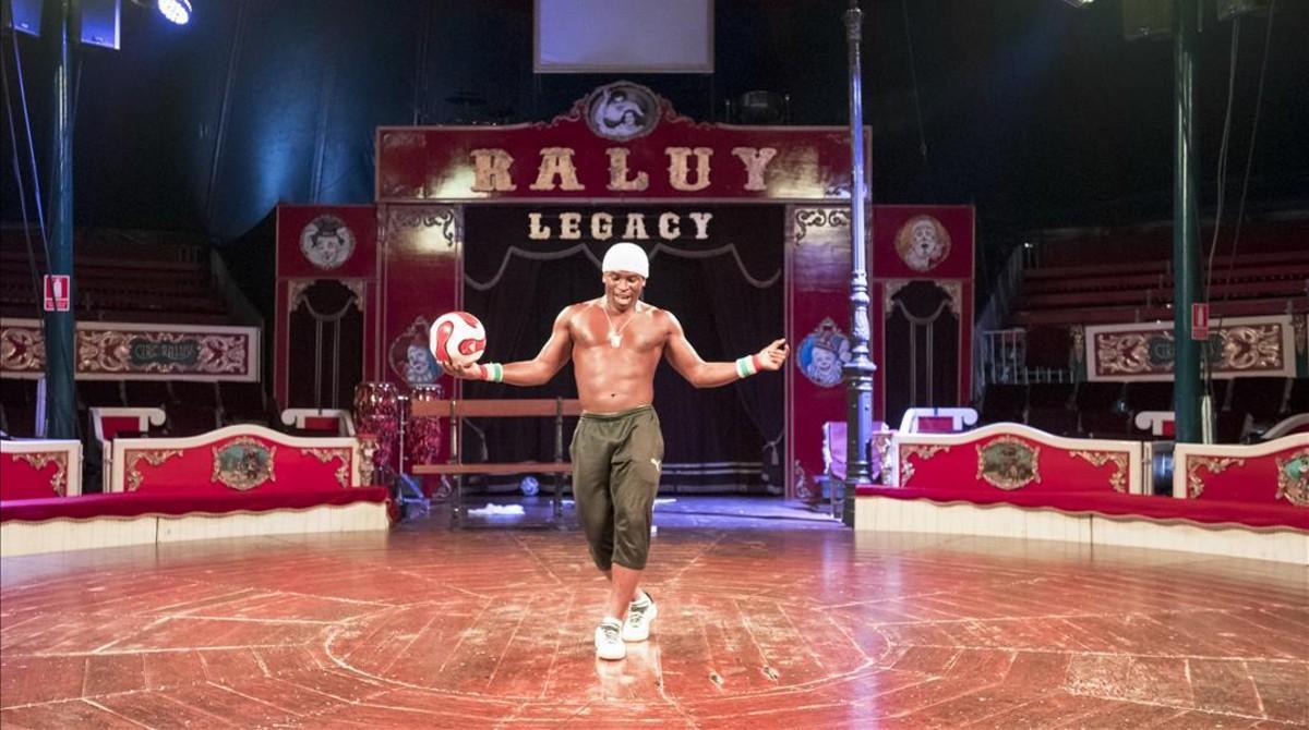 Iya Traoré ofrece un número de acrobacia con el balón dentro del espectáculo del Circo Raluy Legacy.