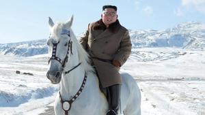 Kim Jong un montando a caballo.