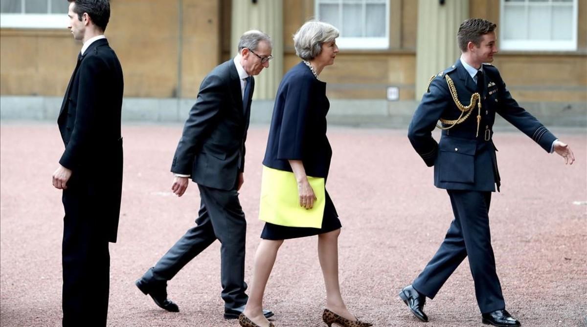 Theresa May llega con su marido, Philip May (segundo por la izquierda) a Buckingham Palace, en Londres, esta tarde.