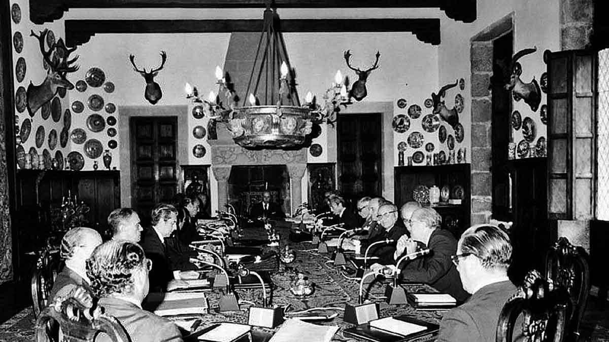 Franco, al fondo, preside un consejo de ministros en el pazo de Meirás.