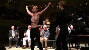 Activistas de Femen irrumpen en el concierto de Woody Allen.