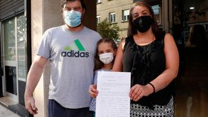 Miguel Ferreira, Nuria Rodríguez y su hija, con la denuncia interpuesta por los okupas
