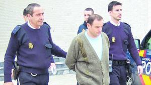 El monstruo de Grbavica, en el centro de la foto, es custodiado por la policía en su traslado a los juzgados de Dénia.