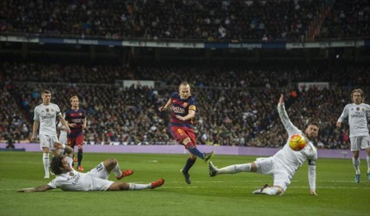 Iniesta marca el tercer golante Ramos y Marcelo.