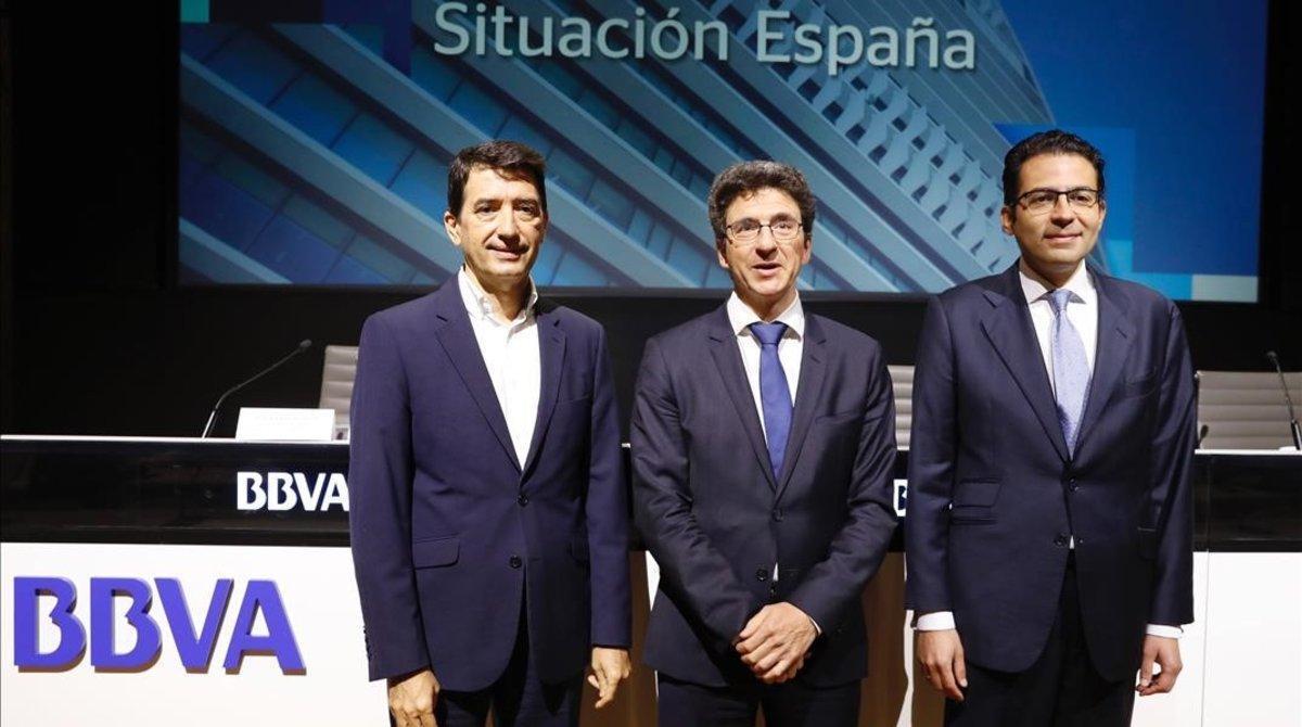 Los economistas deBBVA Research Rafael Doménech, Jorge Sicilia y Miguel Cardoso en una imagen de archivo.
