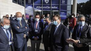 Juan Roig,Vicente Boluda; el presidente de la CEOE, Antonio Garamendi;yXimo Puigconversan durante el acto empresarial de ayer.