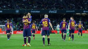 Messi festeja con Suárez su gol ante el Betis.