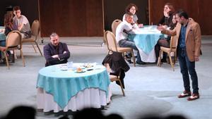 Los actores Manel Sans y Julio Manrique, y algunos estudiantes de figurantes, en una función escolar de 'Don Joan' en el TNC.